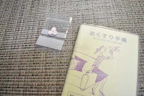 おくすり手帳と錠剤の写真素材 [FYI04110346]