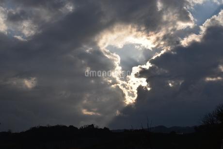 雲間からもれる太陽光と山並みの写真素材 [FYI04110350]