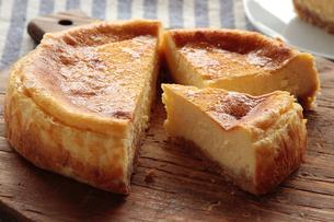 チーズケーキ カットの写真素材 [FYI04110503]