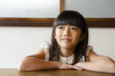 遠くを見ている女の子の写真素材 [FYI04110614]