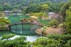 【香川県 高松市】飛来峰からみる栗林公園の様子 日本庭園の写真素材 [FYI04110629]