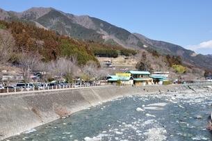 道志川の渓流と道の駅の写真素材 [FYI04110738]