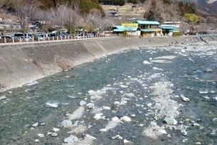 道志川の渓流と道の駅の写真素材 [FYI04110739]