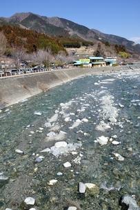 道志川の渓流と道の駅の写真素材 [FYI04110740]