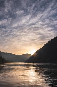 四万十川と朝日の写真素材 [FYI04110786]