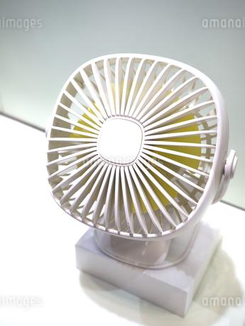 小型の卓上扇風機の写真素材 [FYI04110963]