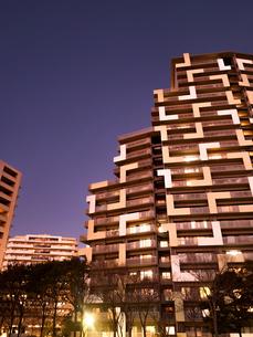 夕暮れの高層マンションの写真素材 [FYI04111028]