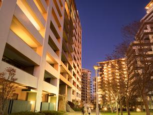 夕暮れの高層マンションの写真素材 [FYI04111032]