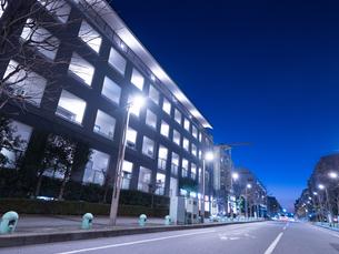 夕暮れの高層マンションの写真素材 [FYI04111066]