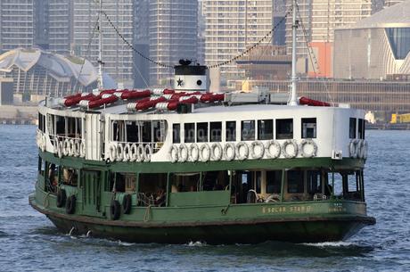 香港・ビクトリア湾を航行するスターフェリー。香港島と九龍半島の間で英国植民地時代から運行されている。の写真素材 [FYI04111179]
