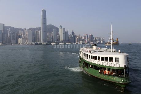 香港・ビクトリア湾を航行するスターフェリー。香港島と九龍半島の間で英国植民地時代から運行されている。の写真素材 [FYI04111180]