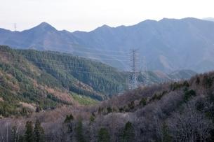 大菩薩連嶺を背にする鉄塔の写真素材 [FYI04111187]