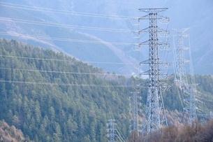 山間部を走る送電の写真素材 [FYI04111188]