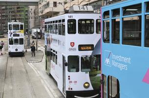 香港の街を行く路面電車トラム。英国植民地時代から走り続けるの写真素材 [FYI04111211]
