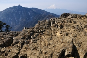本社ヶ丸の岩稜と三ツ峠山と富士山の写真素材 [FYI04111227]