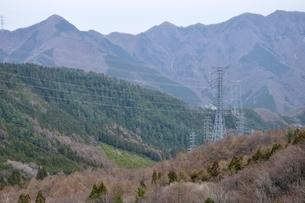 山間部を走る送電の写真素材 [FYI04111351]