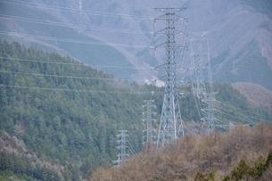 山間部を走る送電の写真素材 [FYI04111352]