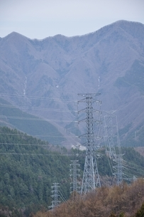 山間部を走る送電の写真素材 [FYI04111353]