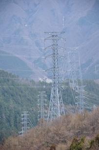 山間部を走る送電の写真素材 [FYI04111354]