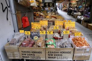 西營盤にある徳輔道西(デ・ヴー・ロード・ウェスト)の「海味街」で売られる干し貝柱などの高級中華食材。の写真素材 [FYI04111560]