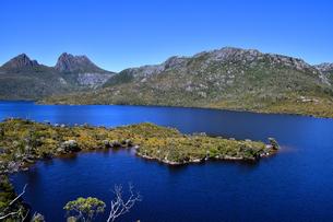 タスマニア州のクレイドルマウンテン国立公園のダブ湖の写真素材 [FYI04111603]