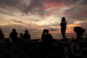 人が集まる夕暮れの北谷サンセットビーチの写真素材 [FYI04111712]