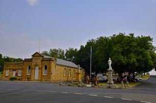 タスマニア州のロスの町のシティーホールと戦争記念碑の写真素材 [FYI04111973]