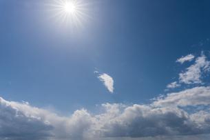 青空の中に太陽と雲の写真素材 [FYI04112082]