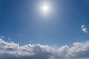 青空の中に太陽と雲の写真素材 [FYI04112084]