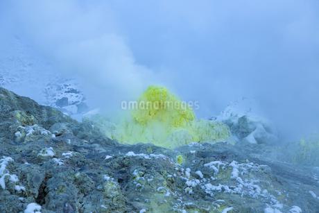 噴煙を噴出する硫黄の塊  硫黄山の写真素材 [FYI04112359]
