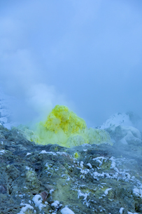 噴煙を噴出する硫黄の塊  硫黄山の写真素材 [FYI04112360]
