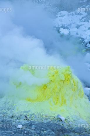 噴煙を噴出する硫黄の塊  硫黄山の写真素材 [FYI04112361]
