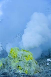 噴煙を噴出する硫黄の塊  硫黄山の写真素材 [FYI04112362]