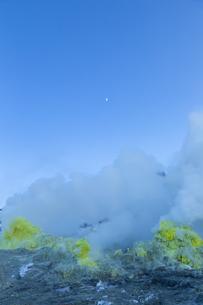 噴煙を噴出する硫黄の塊  硫黄山の写真素材 [FYI04112363]