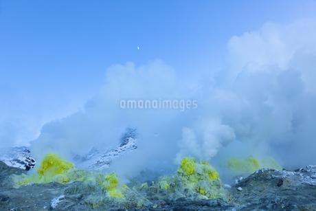 噴煙を噴出する硫黄の塊  硫黄山の写真素材 [FYI04112364]