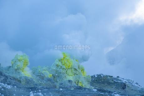 噴煙を噴出する硫黄の塊  硫黄山の写真素材 [FYI04112365]