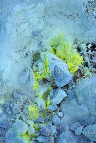 噴火口周辺にできた硫黄の結晶  硫黄山の写真素材 [FYI04112366]