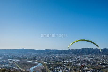 青空に向かって飛ぶパラグライダーの写真素材 [FYI04112397]