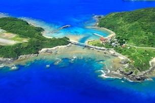 慶良間諸島 空撮の写真素材 [FYI04112417]