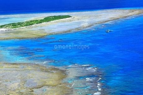 慶良間諸島 空撮の写真素材 [FYI04112427]