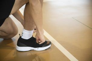 靴ひもを結ぶの写真素材 [FYI04113104]