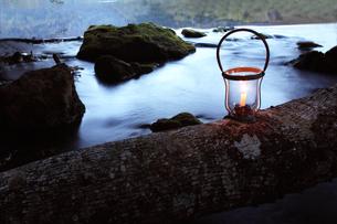 カンテラの美しい光と湖畔の写真素材 [FYI04113321]