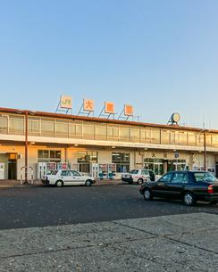 駅前ロータリーに立つ忠犬ハチ公像辺りから大館駅の写真素材 [FYI04113647]