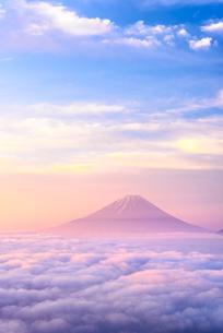 雲海に浮かぶ富士山とパステルカラーの朝焼けの写真素材 [FYI04113661]