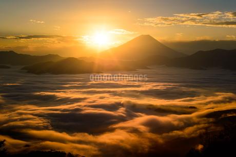 富士山と雲海と御来光の写真素材 [FYI04113671]