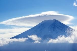 笠雲を被った富士山の写真素材 [FYI04113675]