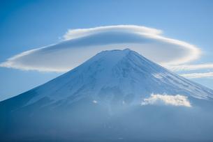笠雲を被った富士山の写真素材 [FYI04113678]