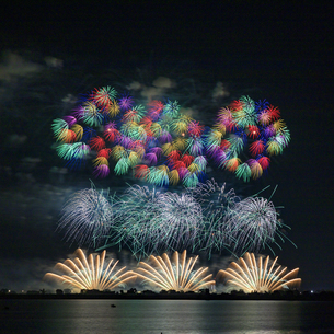 栃木県 渡良瀬遊水地より古河花火大会を望むの写真素材 [FYI04113709]