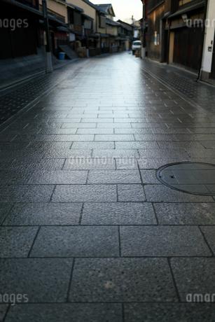 雨上がりの祇園花見小路の写真素材 [FYI04114374]