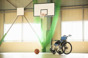 車椅子とバスケットボールの写真素材 [FYI04114703]